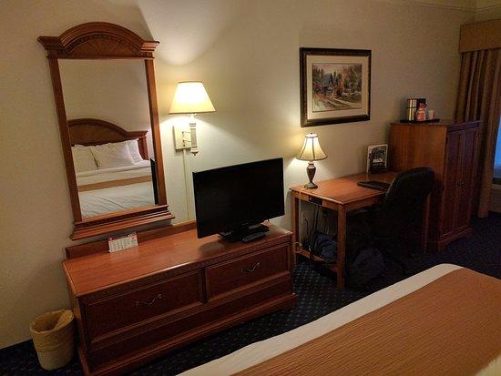 Lexington Inn & Suites Billings: TV and Desk