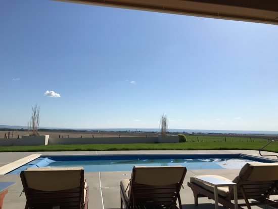 Walla Faces Inns at the Vineyard: was still too cold for the pool when we were there