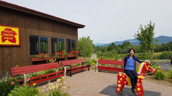 Sugar Hill, NH: Mountain view and a painted wooden horse that is part of their tradition.