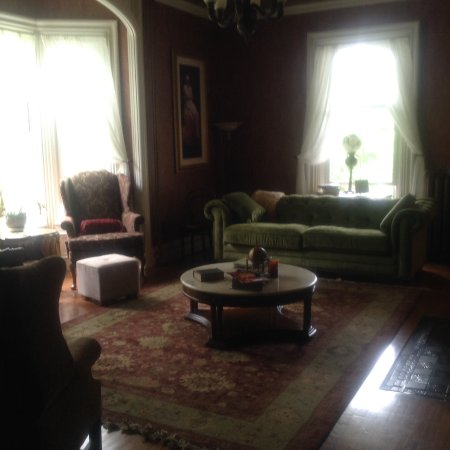 Saint Albans, VT: The spacious Living Room is elegant but not stuffy! Very cozy lounging here.