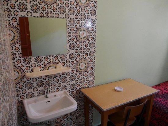 Maroc Hotel: Waschbecken und Schreibtisch