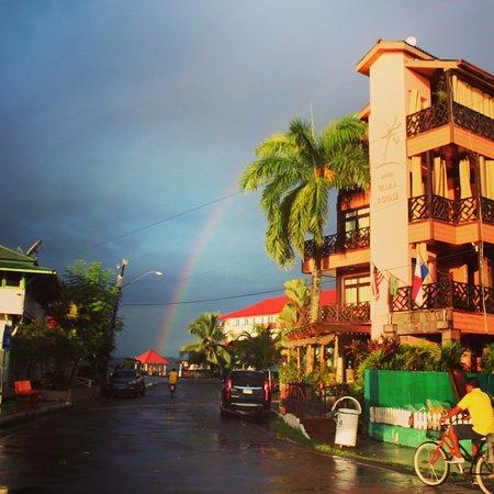 Hotel Palma Royale: exterior del hotel al fondo el mar y un arco iris