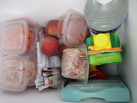 Auberge de la Petite-Reine: frigobox met lekkere lunch, merci!