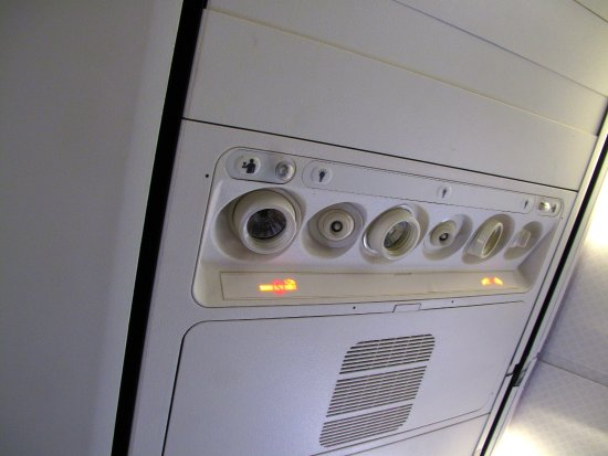 QF 737-800 - Overhead lights and vents - Picture of Qantas