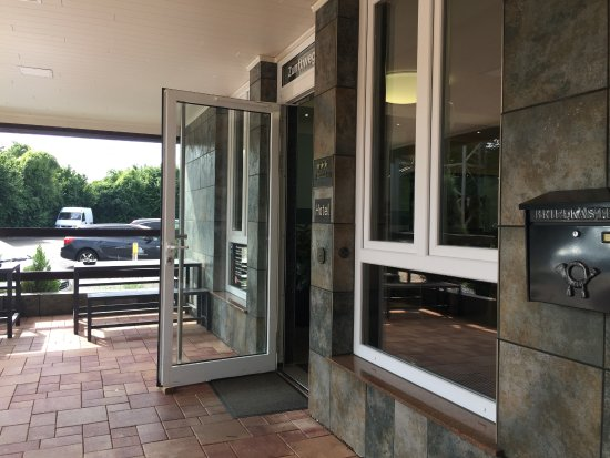 Hürth, Alemania: The lovely entrance, smoking area and on the right the key collection safe
