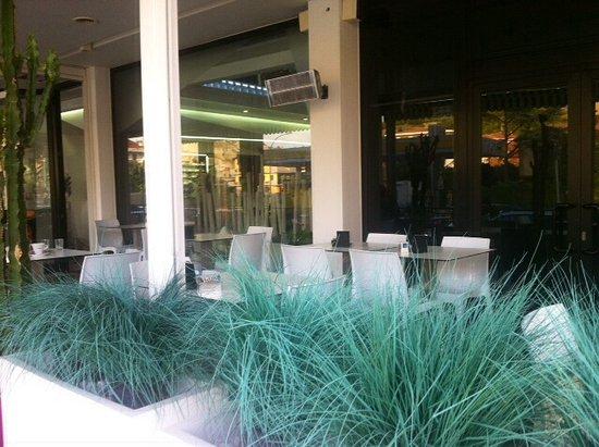Bar Ca'nova: Particolare dell'arredamento esterno ......
