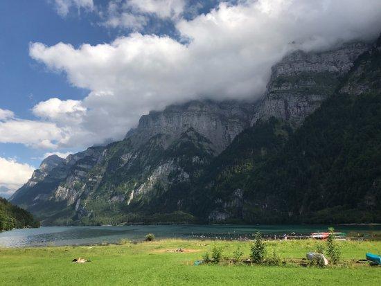 Klöntal, Schweiz: Der Strand des Campingplatzes Vorauen, was will man mehr?