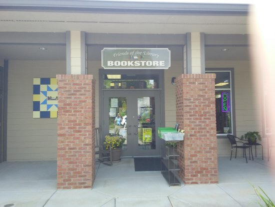 Hayesville, NC: Front enterance to Friends of the Library Bookstore