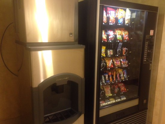 Holiday Inn Express Indianapolis South: Hotel vending and ice machines