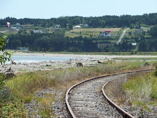 Gaspé, Canada: Un rail de chemin de fer la longe et la surplombe