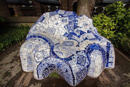 Museum Prinsenhof Delft: Hommage aan Gaudí in de tuin van het museum