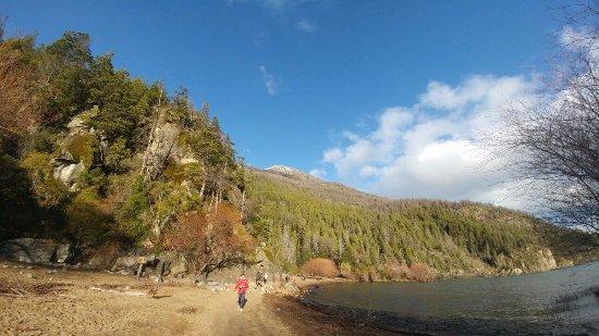 Lago Puelo, Argentina: La Playa desde la entrada al lago