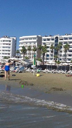 Eleonora Hotel Apartments: Пляж напротив отеля, примерно 5 мин. не спеша.