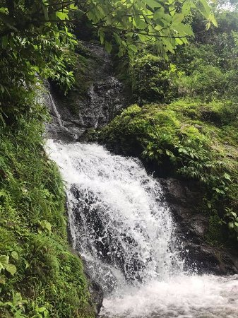 Parrita, Costa Rica: Stop midway to play in the waterfall