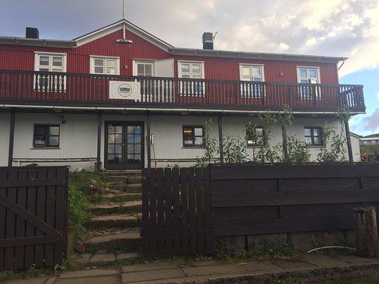 Kjorvogur, أيسلندا: The front of the hotel and front door.