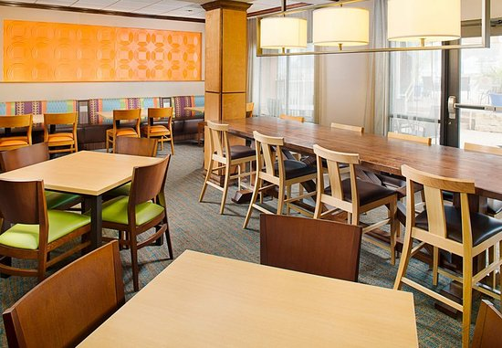 Fairfield Inn & Suites by Marriott San Antonio SeaWorld/Westover Hills: Breakfast Dining Area