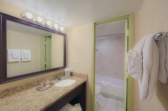 Beach Quarters Resort: Bathroom