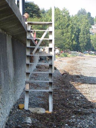 Sand Pebbles Inn: no bottom step