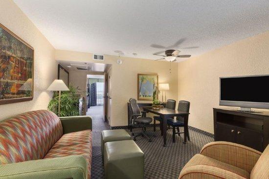 Miami Springs, FL: Suite Living Area