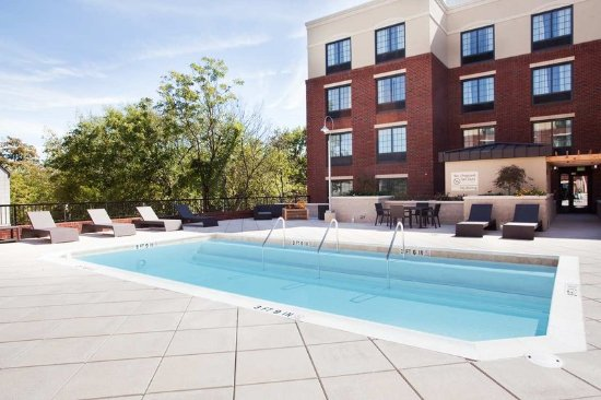 Hampton Inn & Suites Chapel Hill/Carrboro: Outdoor Swimming Pool