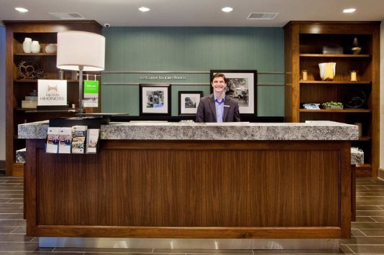 Hampton Inn & Suites Chapel Hill/Carrboro: Front Desk