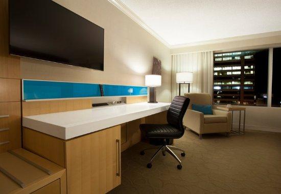 Delta Hotels by Marriott London Armouries: Premier Queen/Queen Guest Room - Work Desk