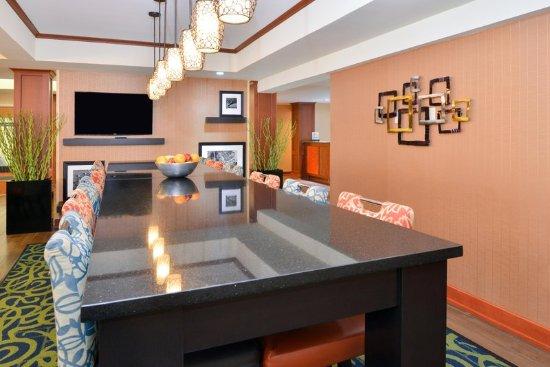 Hampton Inn Martinsburg: Long Table