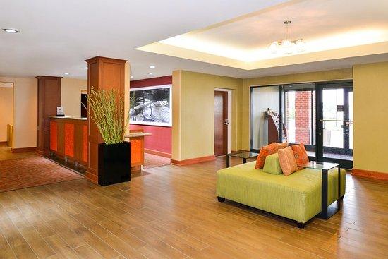 Hampton Inn Martinsburg: Lobby Side