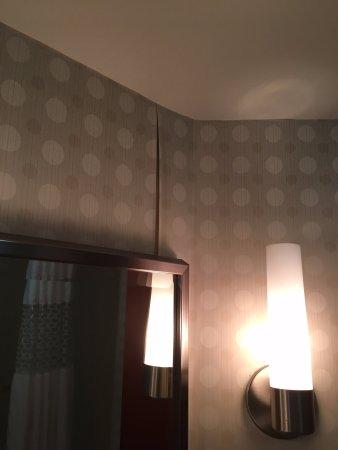 Hampton Inn & Suites Wilmington/Wrightsville Beach: Peeling wallpaper