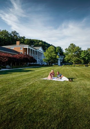 Bedford, PA: Couple picnicking