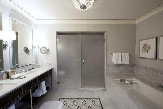 วอล์ดอร์ฟแอสโทเรียชิคาโก้ โฮเต็ล: Marble Bathroom