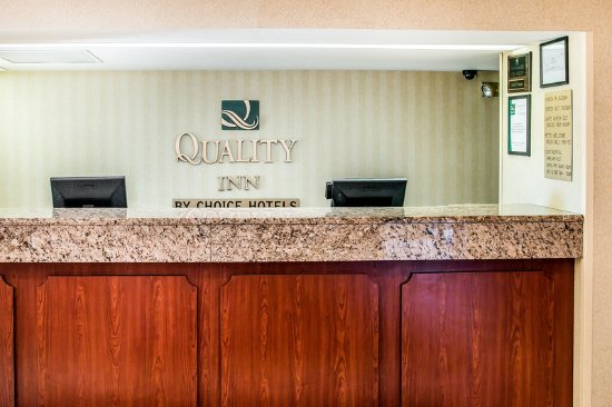 Quality Inn Airport: Front Desk