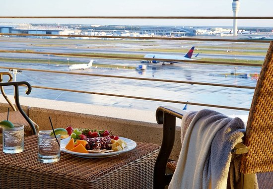 Renaissance Concourse Atlanta Airport Hotel: Choose a Guest Room with a Runway View