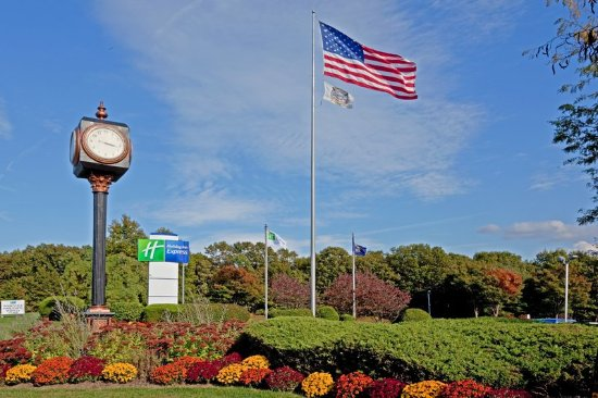 Stony Brook, NY: Can't find us? Look for the flag direclty on Nesconset Highway!