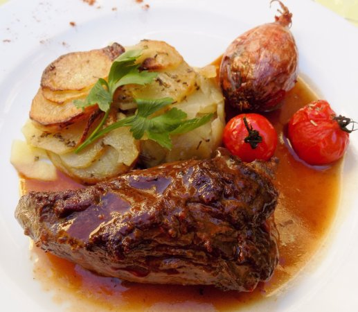 La Petite Fontaine: Vlees perfecte cuisson ! Smaakvolle sjalot op z'n geheel gestoofd.