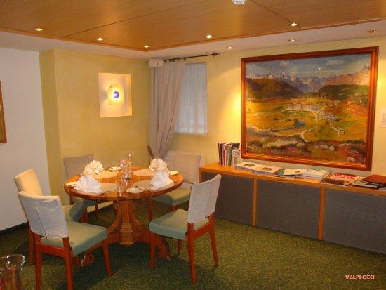Maloja, Zwitserland: Salle à manger avec le fameux tableau de Giacometti
