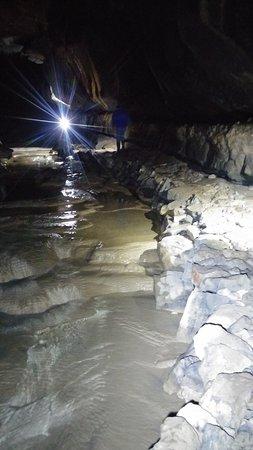Grahovo, Eslovênia: Solo la trua torcia illumina il buio profondo della grotta