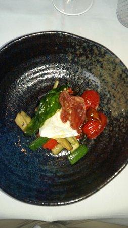 Cucina De Luca Gastronomia: Burrata, gebakken prosciutto, pomodori, groenten.