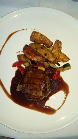 Cucina De Luca Gastronomia: Bief, groeten, aardappel, saus van rode wijn en balsamico.