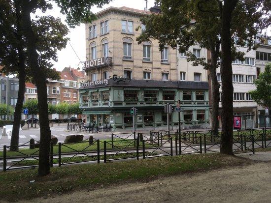 Ganshoren, Bélgica: Het hotel gezien vanuit het prachtige naastgelegen park