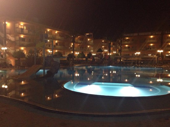 Terralta Apartamentos Turisticos: Poolside view during evening entertainment
