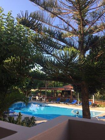 Kamisiana, Grecia: Udsigt over poolen og tavernen