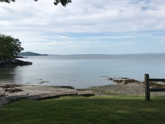 Holiday Inn Bar Harbor Regency: pretty beach at the end of the fence