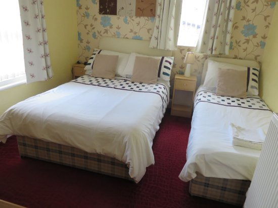 Oakwell Guest House: small family room