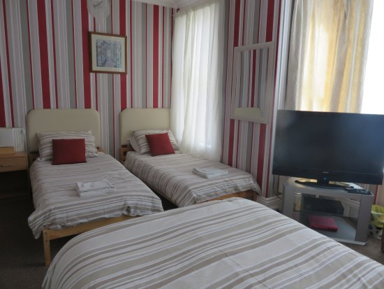 Oakwell Guest House: family room 3