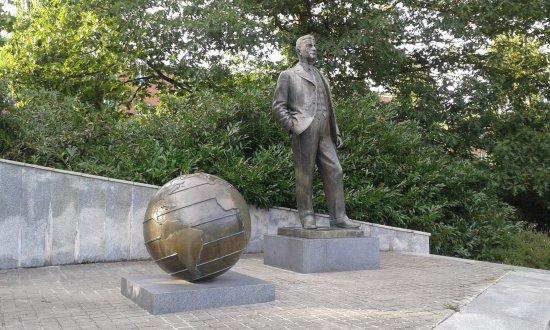 Otrokovice, Republik Ceko: Pomník T. Bati v parku za hotelem
