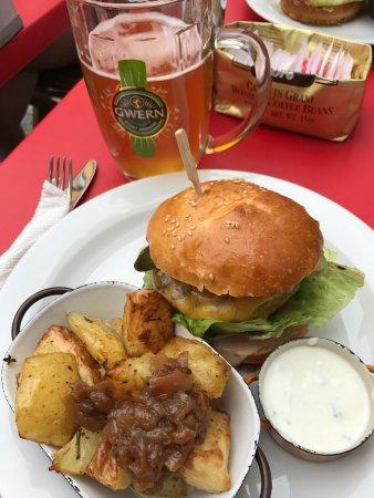 Food Story: Estupendo. Hamburguesas ensaladas, super limpio, atentos, rápidos.. recomendable