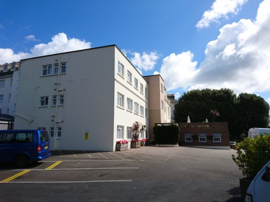 Norfolk Lodge Hotel: View looking from car park to main hotel building