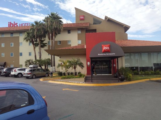 Apodaca, México: Entrance to the hotel. Shuttle picks up / drops off right here.
