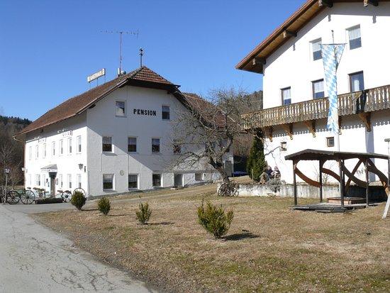 Schoenberg, Almanya: Aussenanlage der Zehrermühle im Spätwinter. Unten Gastraum, 1. Etage Zimmer und Apartments,